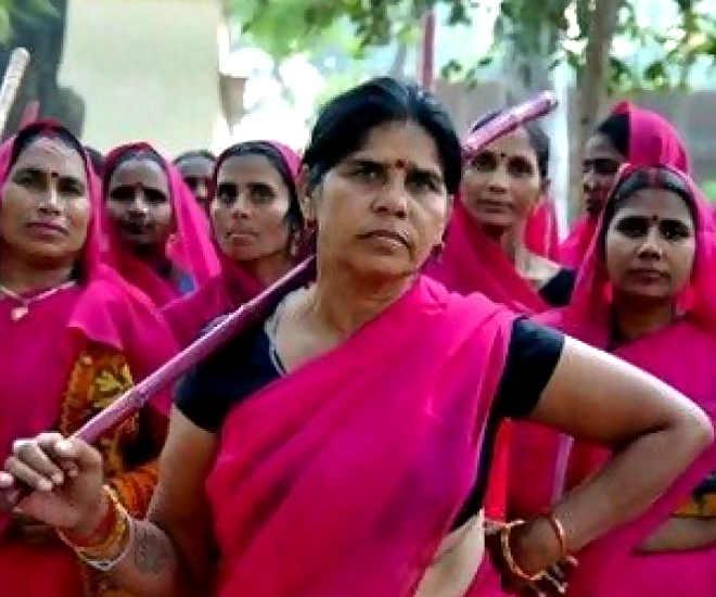 Foto Sampat Pal Devi e le donne indiane (con sari rosa e lathi)