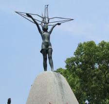 Origami statua a Sadako Sasaki