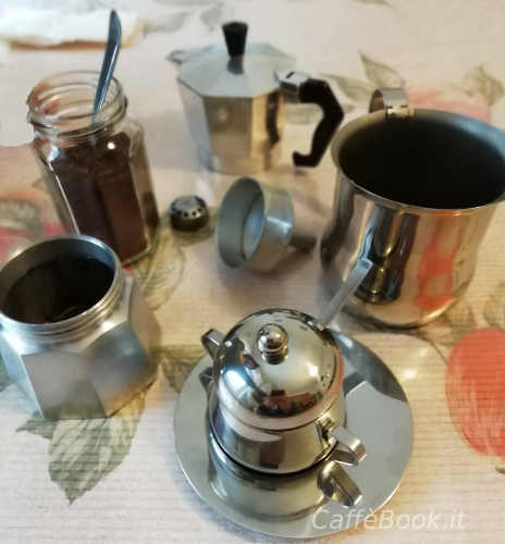 Caffè d'orzo con caffettiera