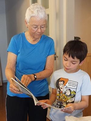 Bimbi e Anziani che leggono fiabe