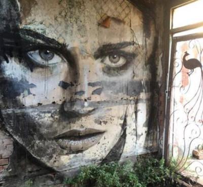 Rone volto di donna in edificio abbandonato