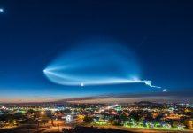 l'ultimo razzo di SpaceX che attraversa il cielo