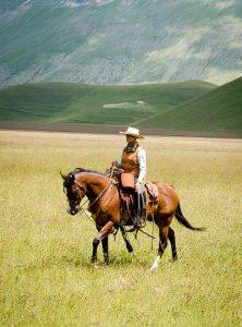 Natalia Estrada nella radura a cavallo