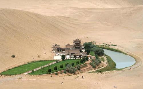 Oasi con lago a forma di mezzaluna crescente nel derto del Gobi