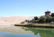 Un'oasi con il lago a forma di mezzaluna nel deserto del Gobi.