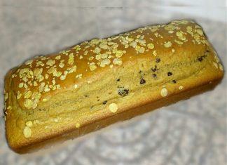 Plumcake proteico integrale all'acqua con gocce di cioccolato e mirtilli