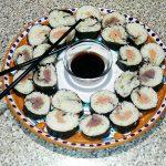 Sushi semplice con salmone e salsa di yogurt magro