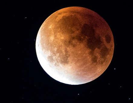 la Luna di sangue più lunga del secolo