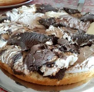 Preparazione Torta gelato decorata con fiori di zucchero