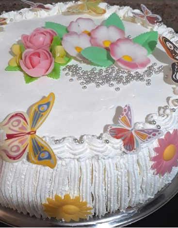 preparazione della ricetta della Torta gelato decorata