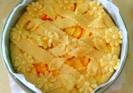 Preparazione della Crostata di pesche e crema pasticcera: la decorazione