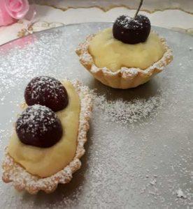 Le Tartellette di frolla con crema pasticcera e frutta fresca