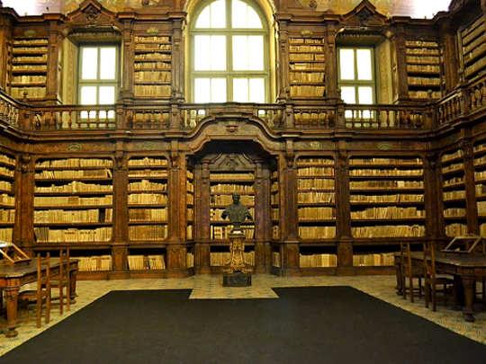 5 bellissime Biblioteche: Biblioteca Girolamini Napoli