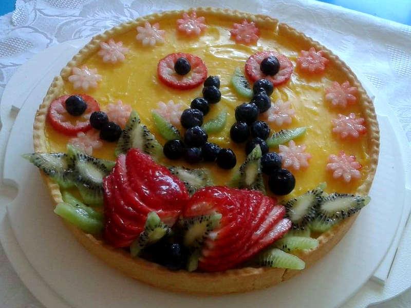 Crostata di frutta con crema pasticcera e fragole
