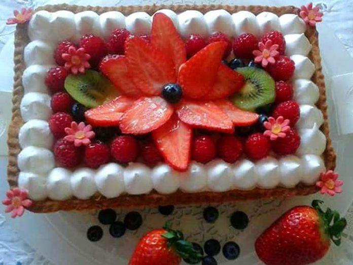 Crostata di frutta con crema pasticcera e meringa