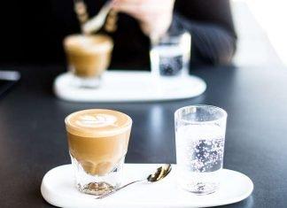 Il galateo del caffè al bar, come berlo e… dopo qual è la posizione del cucchiaio?