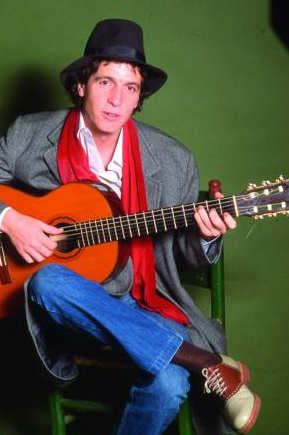 Rino Gaetano con la chitarra