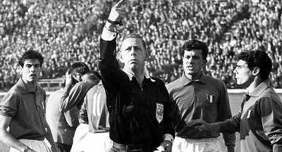 Arbitro Ken Aston durante battaglia di Santiago