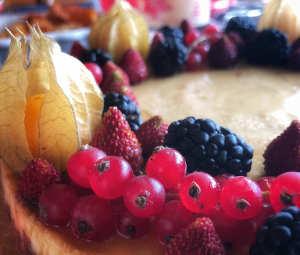 Ricetta della Torta ai frutti di bosco con crema alla vaniglia e frutta secca