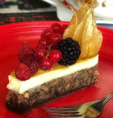 La Torta ai frutti di bosco con crema alla vaniglia e frutta secca