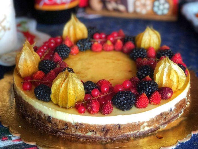 Torta ai frutti di bosco con crema alla vaniglia e frutta secca