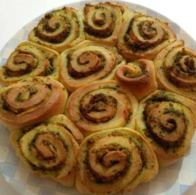 Ingredienti La Torta di rose soffice senza burro salata integrale può essere consumata sia calda che fredda ed è adatta in ogni periodo dell'anno.