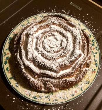 Preparazione Torta senza glutine con crema pasticcera a forma di rosa