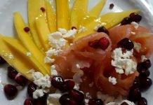 Antipasto veloce con salmone affumicato mango e melograno