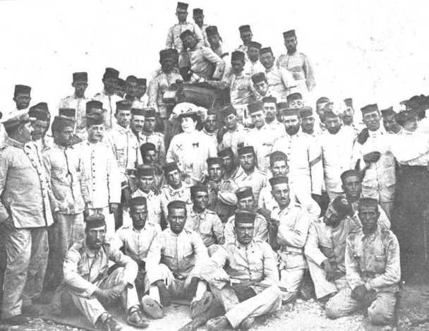 Carmen de Burgos con i soldati spagnoli a Melilla
