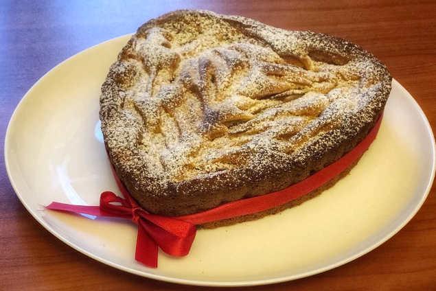 Decorazione Torta di mele soffice con mandorle uvetta a forma di cuore