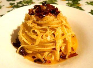 Pasta aglio e olio e peperoncino: linguine con mollica e peperoni cruschi croccanti