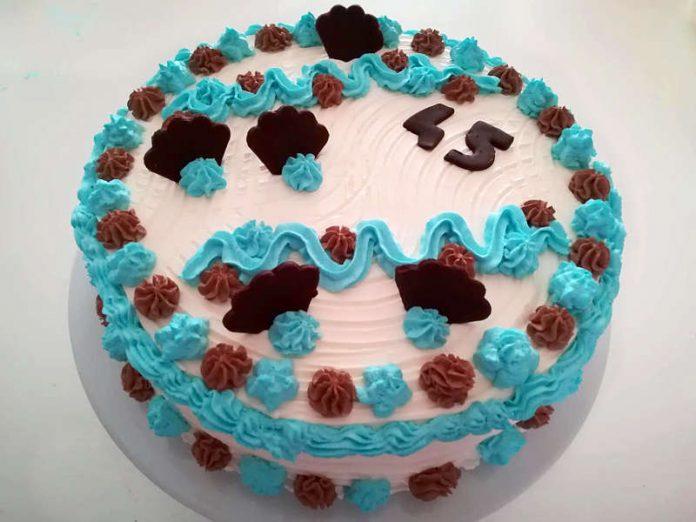 Torta di compleanno con cioccolato fondente e crema al mascarpone