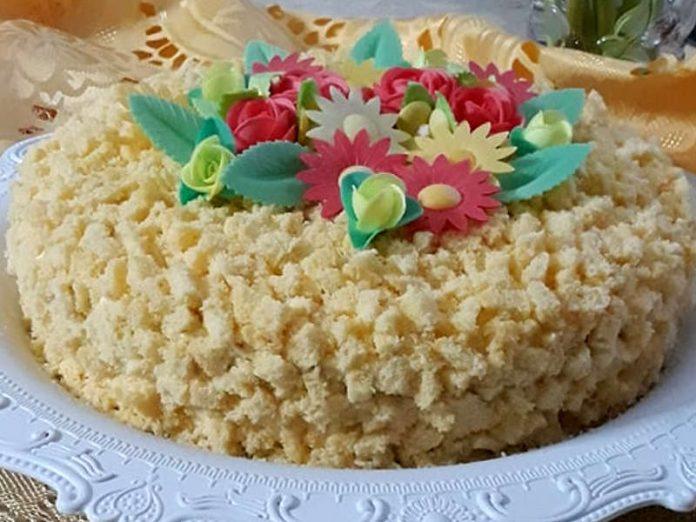 Torta mimosa delicata con crema pasticcera e bagna al mandarino