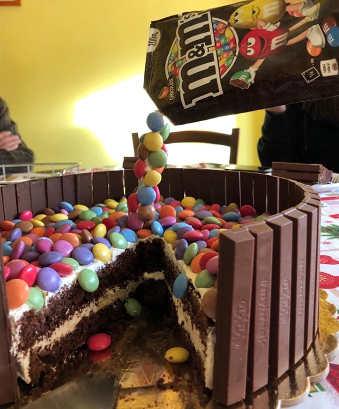 preparazione Torta cioccolato Kit Kat smarties e crema al mascarpone