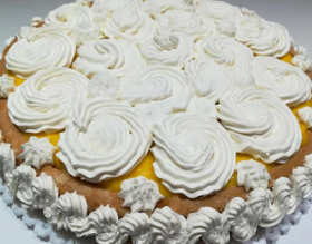 Torta furba di compleanno con crema pasticcera e panna