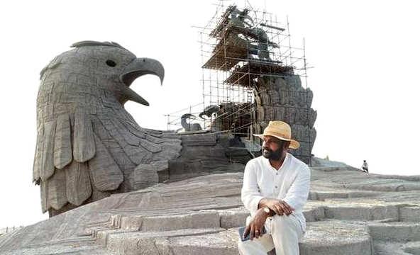 Rajiv Anchal durante la costruzione della statua