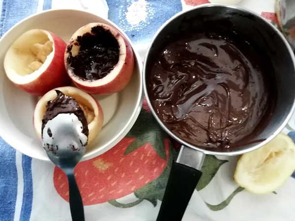 Riempire con cioccolotao il fondo delle Mele fantasia alla cannella  cioccolato e granella di mandorle