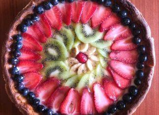 Crostata con confettura di fragole crema pasticcera e frutta