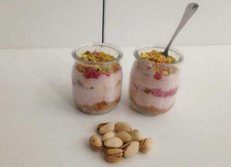 Cheesecake nel bicchiere allo yogurt fragole e pistacchi