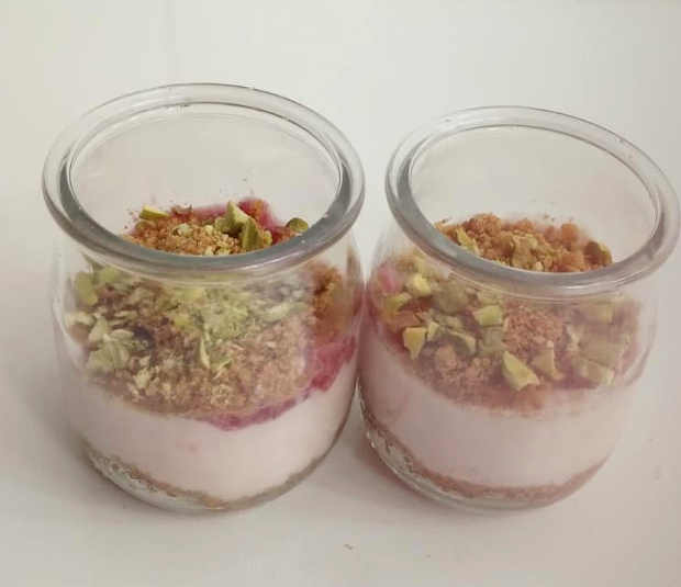Preparazione Cheesecake nel bicchiere allo yogurt fragole e pistacchi