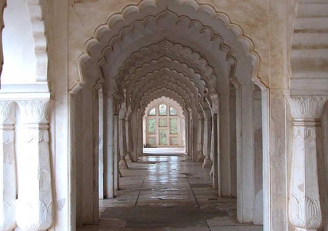 Interno del mausoleo di Bibi Ka Maqbara