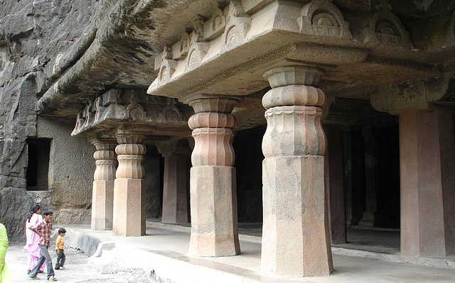 Ingresso con i pilastri alle Grotte di Ajanta