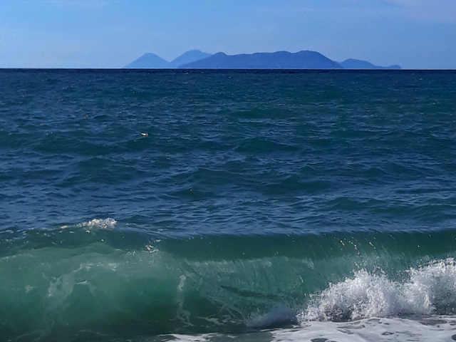 Vista sulle Eolie dalla spiaggia di Tonnarella