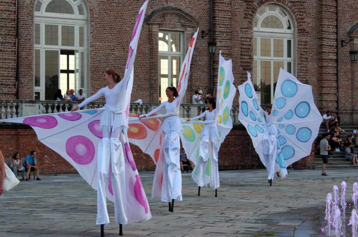 Danza delle farfalle colorate alla Reggia di Venaria
