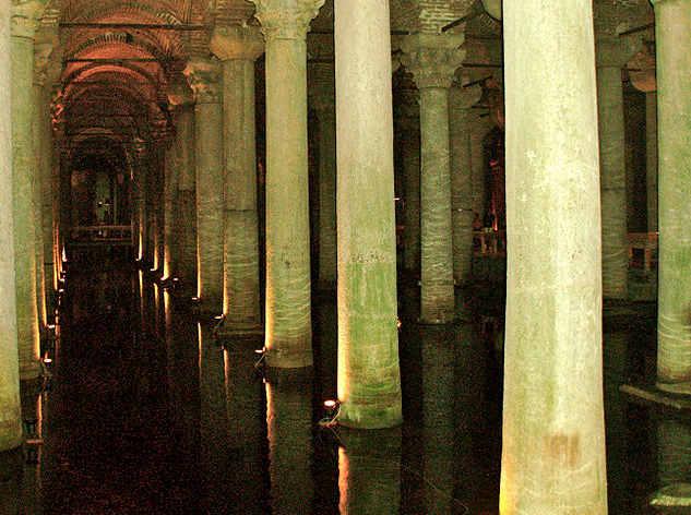 Cisterna Basilica o Yerebatan Sarayı (palazzo sommerso)