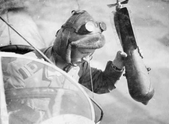 Combattimenti aerei della Prima guerra mondiale: pilota che lancia una bomba