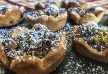 Tartellette dolci di frolla ripiene con mele fichi e mandorle