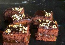 Torta al cioccolato con marmellata di arance e granella di nocciole