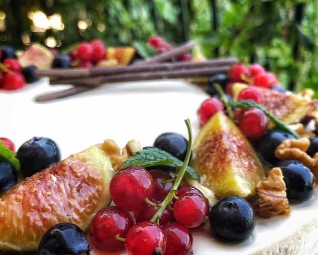 Preparazione del Cheesecake con mascarpone e confettura di fichi senza cottura