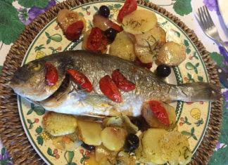 Orata al forno con patate, pomodori e olive dolci